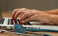 Profesional sanitario utilizando un ordenador. (Foto. Unsplash)