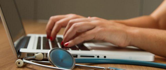 Médico pasando consulta a través de su ordenador. (Foto. Unsplash)