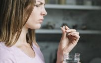 Paciente tomando pastilla (Foto. Freepik)
