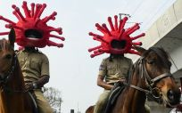 Policía India con cascos con forma de coronavirus (Foto. Soy Motor)