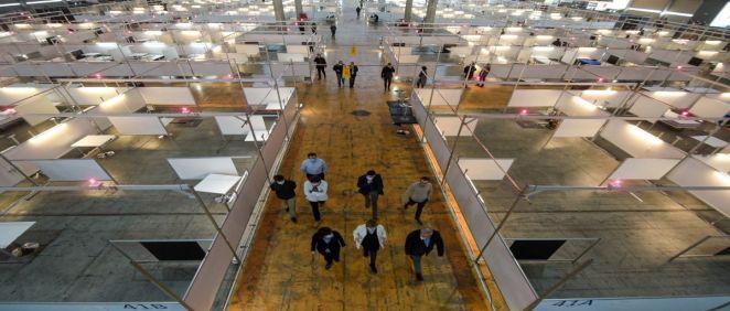 La consejera de Salud, Alba Vergés, durante la visita al espacio en construcción del hospital temporal Feria Salud (Foto. Gobierno de Cataluña)