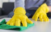 La capacidad de supervivencia del virus en distintas superficies obliga a la utilización de determinados productos de limpieza (Foto. Freepik)