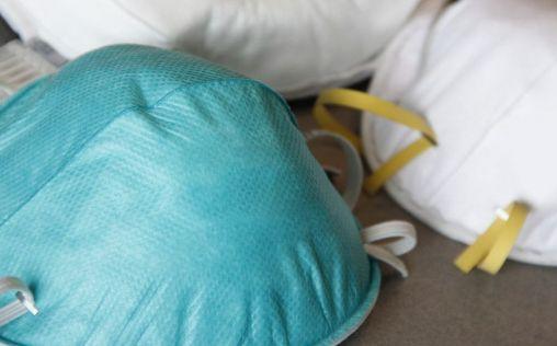 La Aemps podrá dar autorizaciones excepcionales para la fabricación de mascarillas y batas