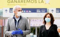 La presidenta de la Comunidad de Madrid, Isabel Díaz Ayuso, junto al consejero de Sanidad, Enrique Ruiz Escudero, durante su visita al hospital de Ifema. (Foto. Comunidad de Madrid)