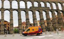 Una unidad móvil del Samur-Protección Civil, a su paso por el Acueducto de Segovia (Foto: @SAMUR_PC)