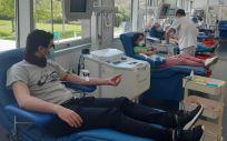 Un grupo de ciudadanos, pertrechados con mascarillas, dona sangre en la sala de la entidad madrileña (Foto: Centro de Transfusión)