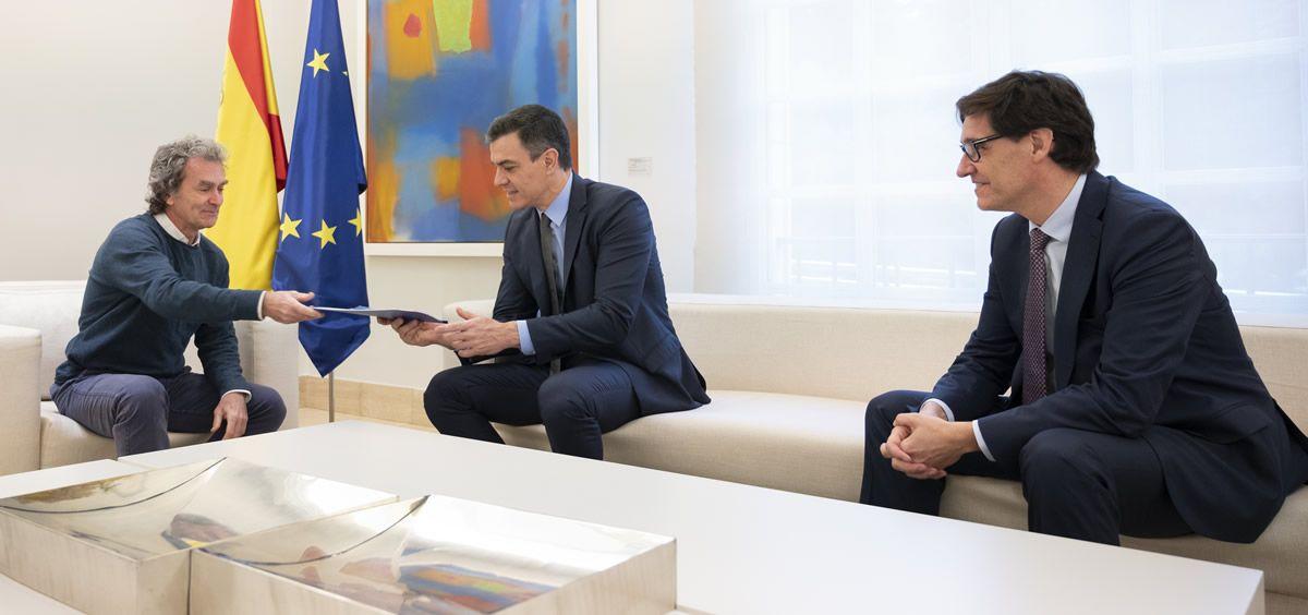 El jefe de Emergencias, Fernando Simón, y el ministro de Sanidad, Salvador Illa, entregan al presidente Pedro Sánchez un informe. (Foto. Pool Moncloa. Borja Puig de la Bellacasa)