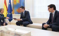 El jefe de Emergencias, Fernando Simón, y el ministro de Sanidad, Salvador Illa, entregan al presidente Pedro Sánchez el informe. (Foto. Pool Moncloa. Borja Puig de la Bellacasa)
