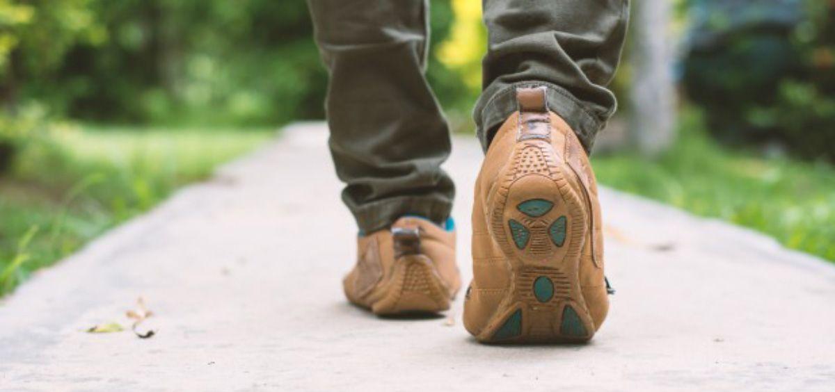 Caminar de forma regular puede ofrecer una interesante protección contra las comorbilidades (Foto. Freepik)