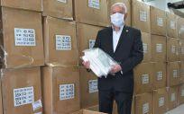 El presidente del Consejo General de Enfermería, Florentino Pérez Raya, ha supervisado la llegada del material (Foto. ConSalud)
