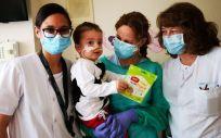 El pequeño Víctor con personal sanitario (Foto: NUPA)
