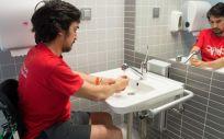 Hombre realizando la higiene de manos (Foto. Sescam)