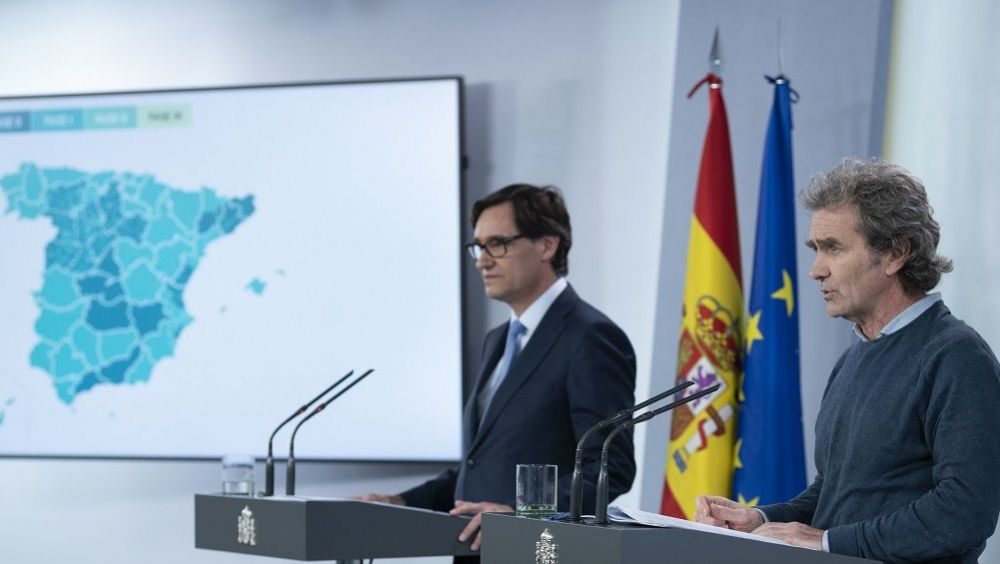 Fernando Simón, director del CCAES y Salvador Illa, ministro de Sanidad. (Foto. Pool Moncloa / Borga Puig de la Bellacasa)