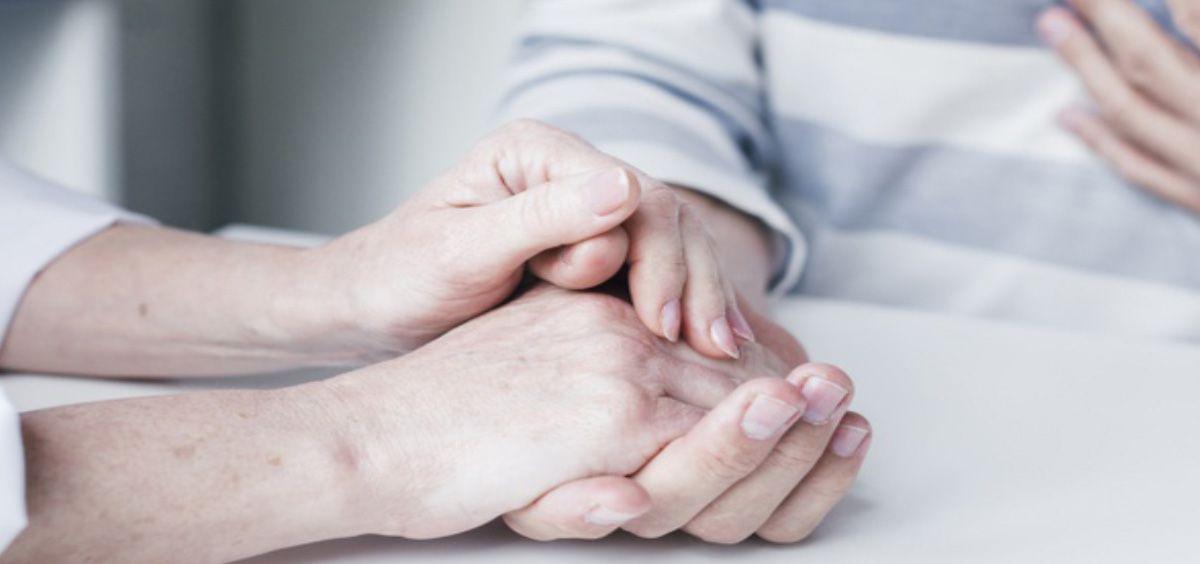 Psicólogo escuchando a un paciente (Foto. Freepik)