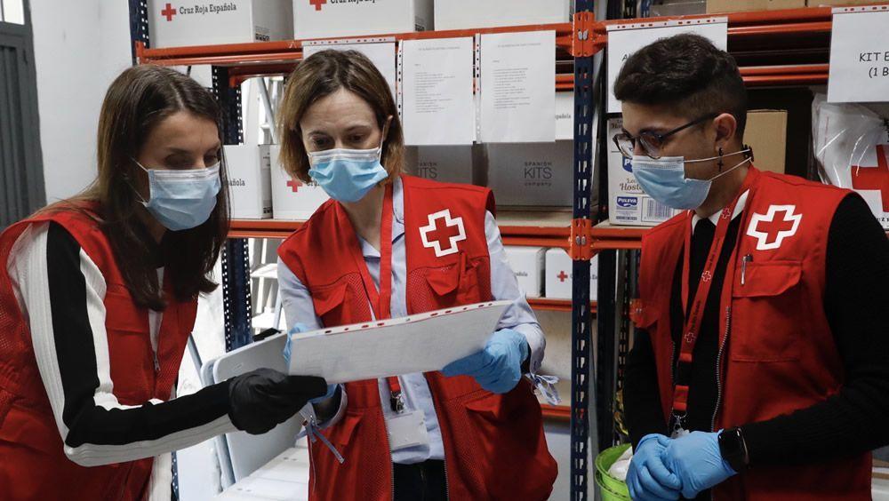 La Reina apoya la labor de los voluntarios de Cruz Roja