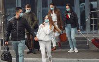 Personas con mascarilla en un aeropuerto (Foto: Freepik)