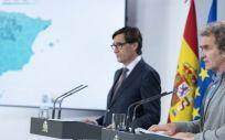 El director del CCAES, Fernando Simón en primer plano y el ministro de Sanidad, Salvador Illa (Foto. Moncloa)