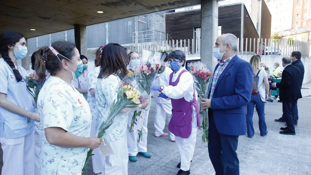 Homenaje con flores para los profesionales sanitarios