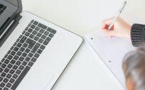 Instantánea de una persona utilizando un ordenador. (Foto. Unsplash)
