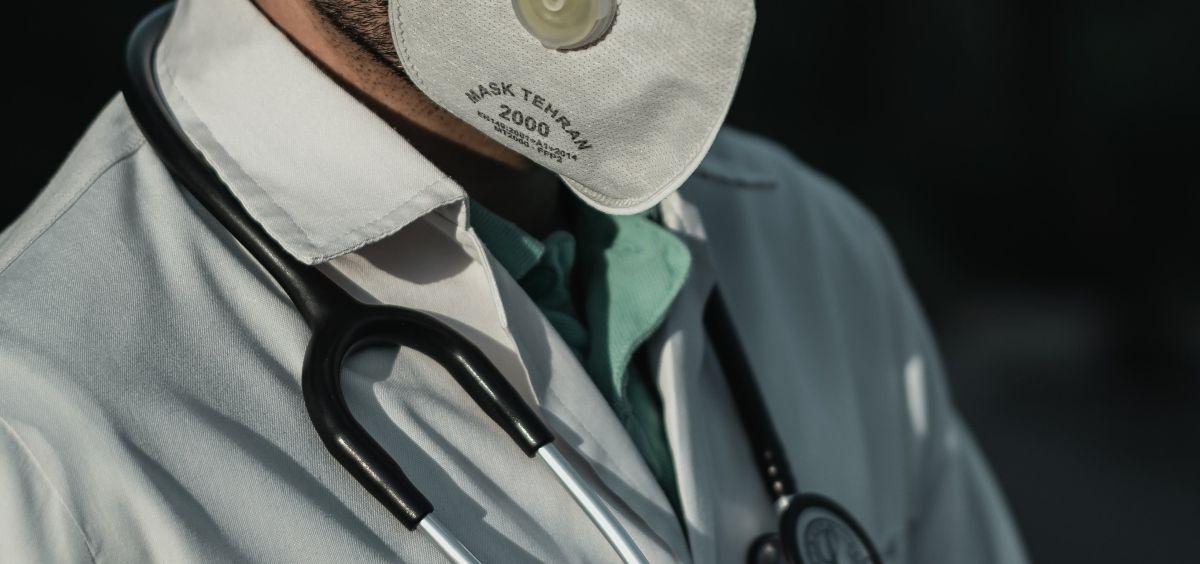 Sanitario con mascarilla y estetoscopio. (Foto. Unsplash)