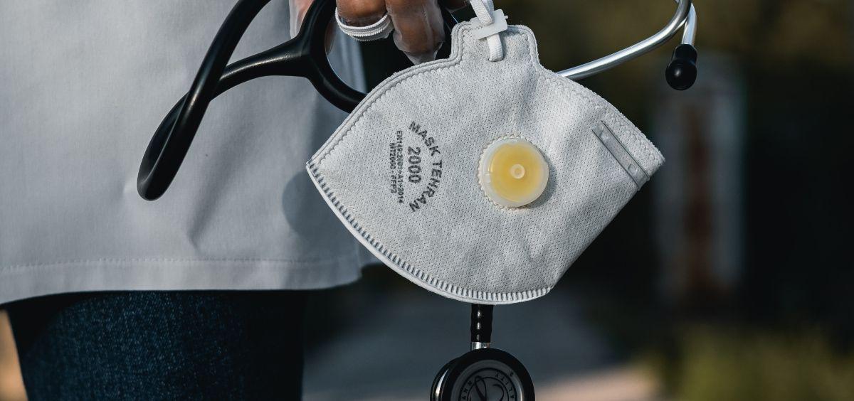 Sanitario con estetoscopio y mascarilla. (Foto. Unsplash)