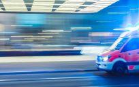 Imagen de un ambulancia delante de un centro sanitario. (Foto. Unsplash)