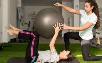 Paciente con esclerosis múltiple realizando ejercicios con ayuda de su fisioterapeuta (Foto. Freepik)