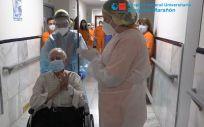 Los profesionales sanitarios dan el alta a Pedro (Foto: Hospital Gregorio Marañón)