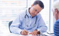 Profesional sanitario en la consulta con un paciente (Foto. Gobierno de Cantabria)