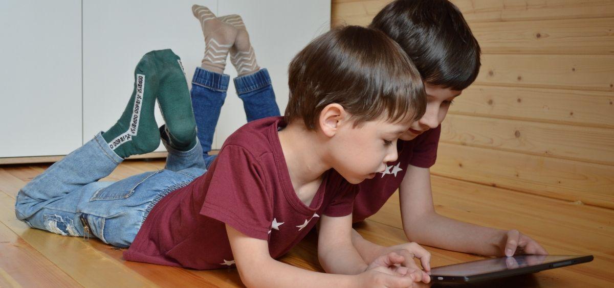 Niños utilizando una tablet (Foto. Hospital de Fuenlabrada)