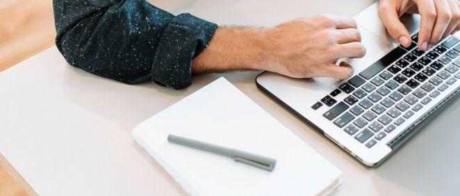 Usuario utilizando un ordenador. (Foto. Rawpixel)