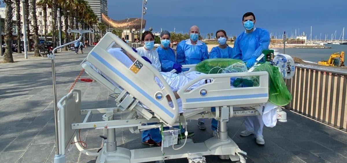 Profesionales sanitarios del hospital del Mar con un paciente afectado de Covid 19 recién salido de la UCI. (Foto. Generalitat)