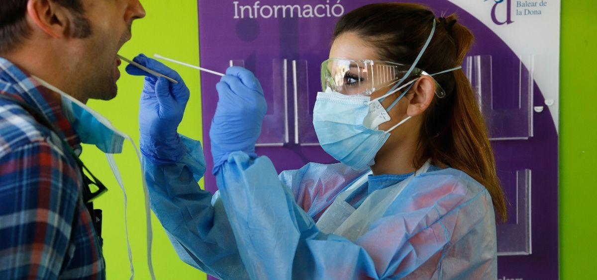 Profesional realizando prueba de detección de la Covid 19 (Foto. GOIB)