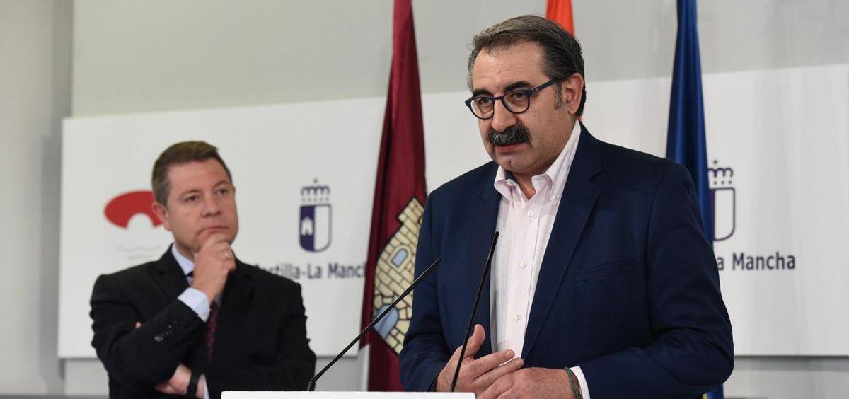 El consejero de Sanidad de Castilla La Mancha, Jesús Fernández Sanz, junto al presidente Emiliano García Page.