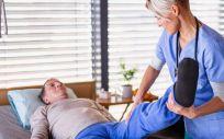 Fisioterapeuta con su paciente (Foto. ConSalud)