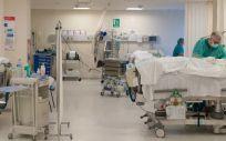 Profesionales sanitarios atendiendo a pacientes (Foto: Sescam)