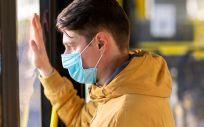 Hombre con mascarilla quirúrgica en transporte público (Foto: Freepik)