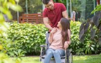 Chica jóven con Esclerosis Múltiple (Foto. Freepik)