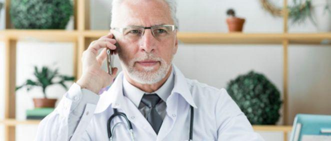 Doctor realizando una consulta telefónica (Foto. Freepik)