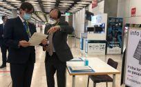El ministro de Sanidad ,Salvador Illa, durante su visita al aeropuerto Madrid-Barajas (Foto: @sanidadgob)