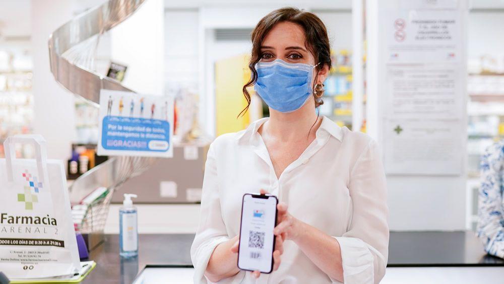 La presidenta regional, Isabel Díaz Ayuso, con la tarjeta sanitaria virtual (Foto: Comunidad de Madrid)