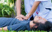 Profesional sanitario realizando una RCP a un paciente (Foto. Freepik)