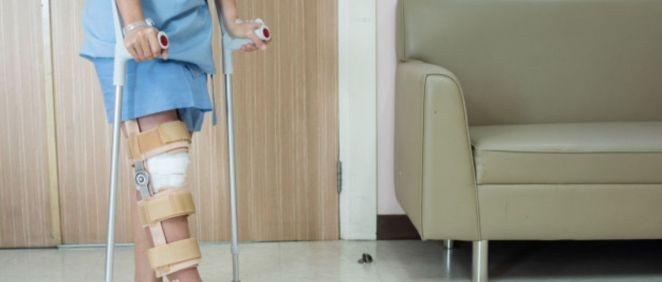 Paciente con muletas (Foto. Freepik)