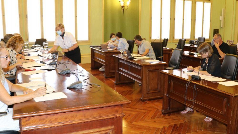 Miembros de la Comisión de Economía en el Parlament balear (Foto: @ParlamentIB)