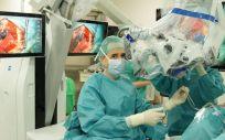 El neurocirujano Ricardo Díez Valle con el microscopio robotizado Kinevo 900 (Foto. ConSalud)