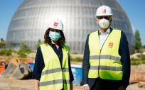 La presidenta de la Comunidad de Madrid, Isabel Díaz Ayuso y Enrique Ruiz Escudero, consejero de Sanidad regional en su visita a las obras del nuevo Hospital público de Emergencias (Foto. Comunidad de Madrid)