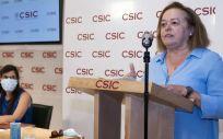 La presidenta del CSIC, Rosa Menéndez y Mar Valés, investigadora del CNB-CSIC, durante la presentación del nuevo test (Foto. CSIC)