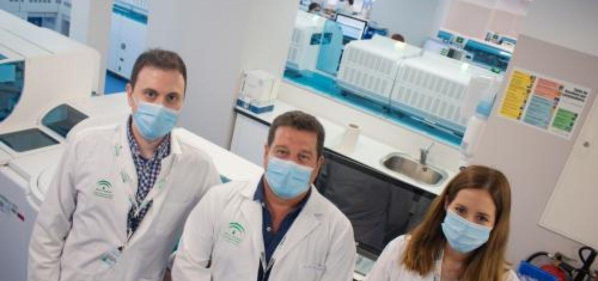 Profesionales del servicio de Bioquímica Clínica del Virgen del Rocio (Foto. Junta de Andalucía)