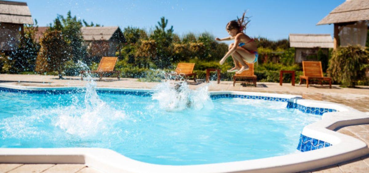 Niña zambulléndose en la piscina (Foto. Freepik)