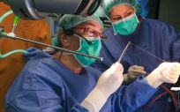Dr. Sebastiano Biondo junto a su equipo realizando una cirugía de cáncer de recto bajo mediante la técnica Turnbull Cutait (Foto. ConSalud)